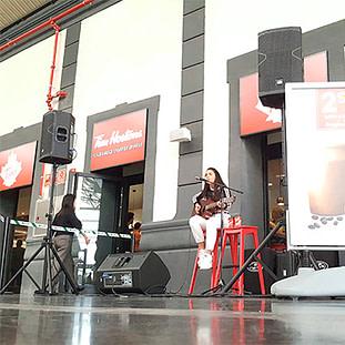 monitores de escenario con mujer cantando